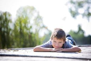 porträtt av en liten pojke i parken foto