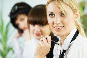 unga affärsdamer som arbetar på kontoret foto