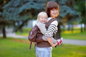 ung mamma med sitt barn foto