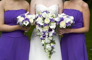 brud- och brudtärnor med bröllopsbuketter foto