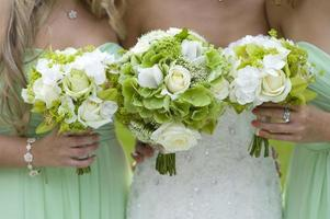 brudtärnor i grönt med bröllopsbukett