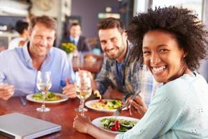 grupp vänner till lunch på en restaurang foto