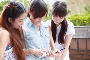 asiatiska unga flickor på campus foto