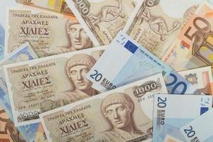 gamla grekiska 1000 drakmasedlar och eurosedlar foto