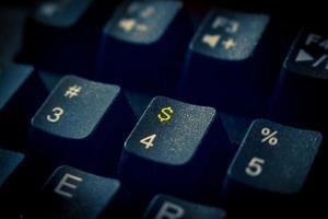 pengar tangentbord med guld dollar tecken foto