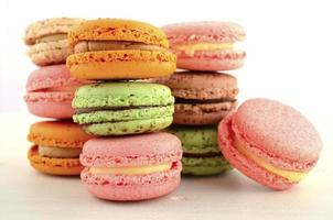 färgglada jordgubbs-, karamell- och chokladmyntenmakroner foto