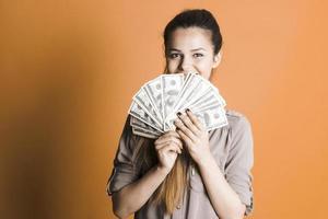 vacker flicka med pengar i handen foto