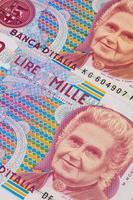 olika gamla sedlar från Italien på bordet foto