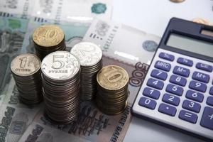 travar med ryska rubel med miniräknare foto