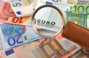 bildtext euro genom ett förstoringsglas foto