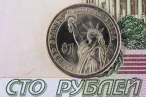 en dollar och hundra rubel foto
