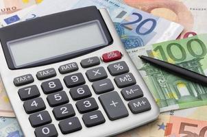 miniräknare med eurosedlar foto