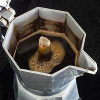 kaffebryggningsprocess i traditionell italiensk kaffebryggare foto