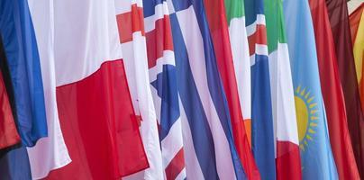 internationella flaggor som blåser i vinden foto