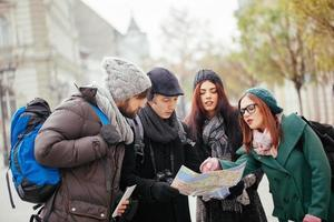 fyra turister sightseeing stad foto
