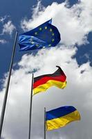 tre internationella flaggor foto