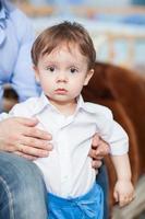 förvånad liten pojke foto
