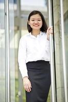ung asiatisk kvinnlig verkställande porträtt i affärsdistriktet foto