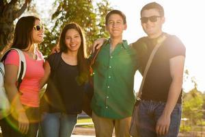 glada tonåringar vid solnedgången