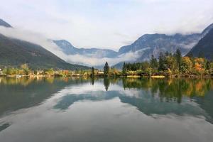 berg återspeglas i det släta vattnet foto