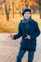 glad tonårspojke i den soliga höstens park foto