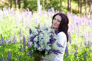 kvinna med en bukett blommor foto