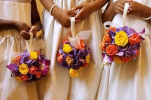 tre blommaflickor - händer och buketter
