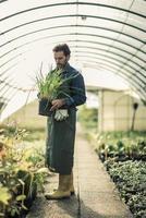 trädgårdsmästare i ett växthus foto