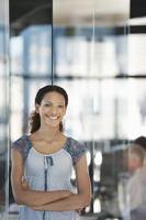 leende ung affärskvinna i regeringsställning foto