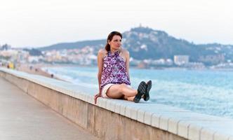 medelålders kvinna på en kaj foto