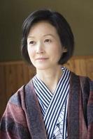 mogen kvinna i yukata foto