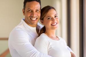 medelålders man som kramar sin flickvän foto