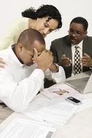 kvinna och finansiell rådgivare tröstande man vid skrivbordet