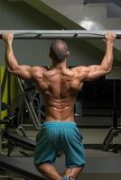 bodybuilder gör pull-ups bästa ryggövningar foto