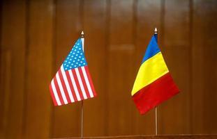 amerikanska och rumänska tabellflaggor foto
