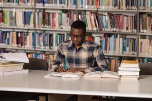 ung student som studerar på college foto