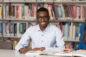 porträtt av smart svart student med öppen bok foto