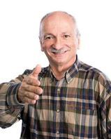 äldre man räcker ut handen för handskakning foto