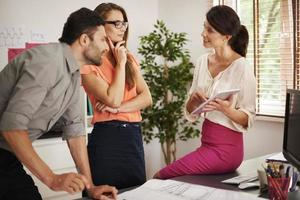 samråd mellan arbetare på kontoret foto