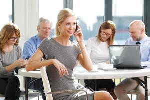 attraktiv affärskvinna med kollegor foto