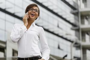 affärskvinna prata i telefon foto