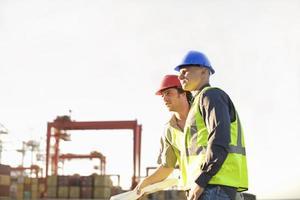 byggnadsarbetare som pratar på plats foto