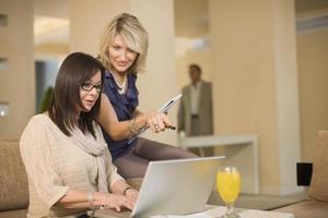 affärskvinnor som arbetar i loungen foto