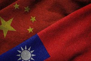 flaggor av porslin och taiwan på grungetextur foto