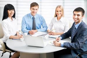 företagare som arbetar på mötet foto