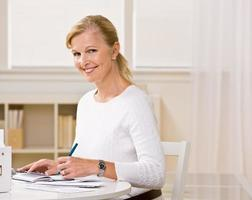 kvinna skriver checkar foto