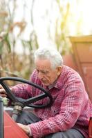äldre man od traktor