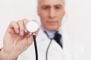 läkare med stetoskop. foto