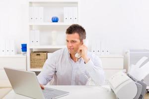 affärsman som arbetar hemma foto