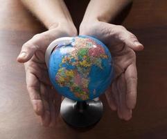 mogna mänskliga händer som uttrycker vård för miljön foto